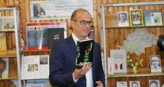Глава Удмуртии посетил Вавожскую районную библиотеку