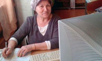 Занятие в школе компьютерной грамотности при Саркузкой библиотеке